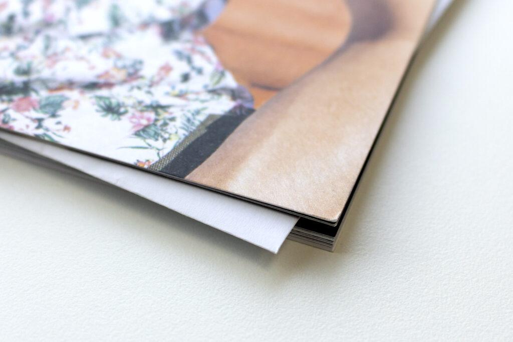 Detailansicht einer Zeitschrift mit hervorstehender Beilage.