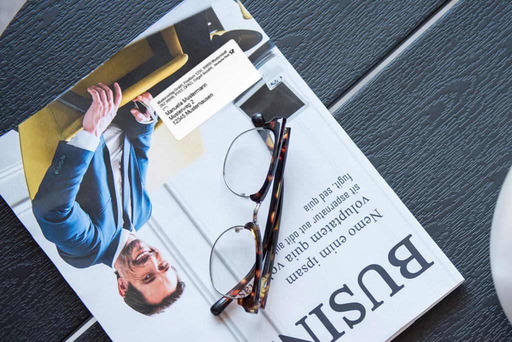 Beispielmagazin mit einem Musteradressetikett auch dem Umschlag.