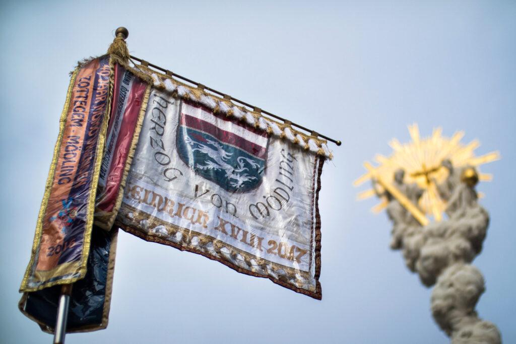 Fahnen, wie hier die des Herzogs von Mödling, sind einzigartige Unikate. Bildquelle: Ivan Radic, CC BY 2.0