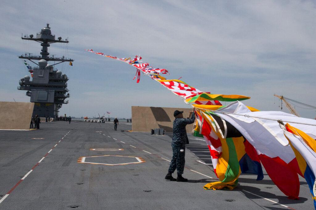 Flaggenalphabet auf dem amerikanischen Flugzeugträger Gerald R. Ford. Bildquelle: Official U.S. Navy Page, CC BY 2.0