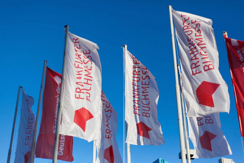 Hochfomatige Hissflaggen ohne Mastausleger an der Frankfurter Buchmesse. Bildquelle: tausend und eins, fotografie, CC BY 2.0