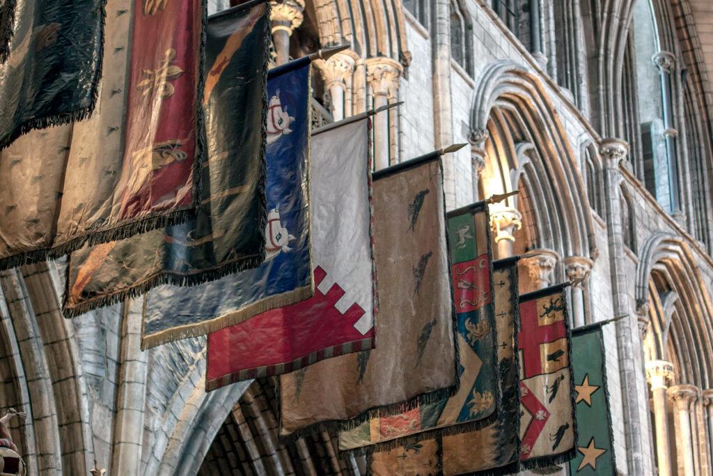 Mittelalterliche Banner zeigen die Hoheitsszeichen von Orden oder Adelshäusern. Bildquelle: Tim Sackton, CC BY-SA 2.0
