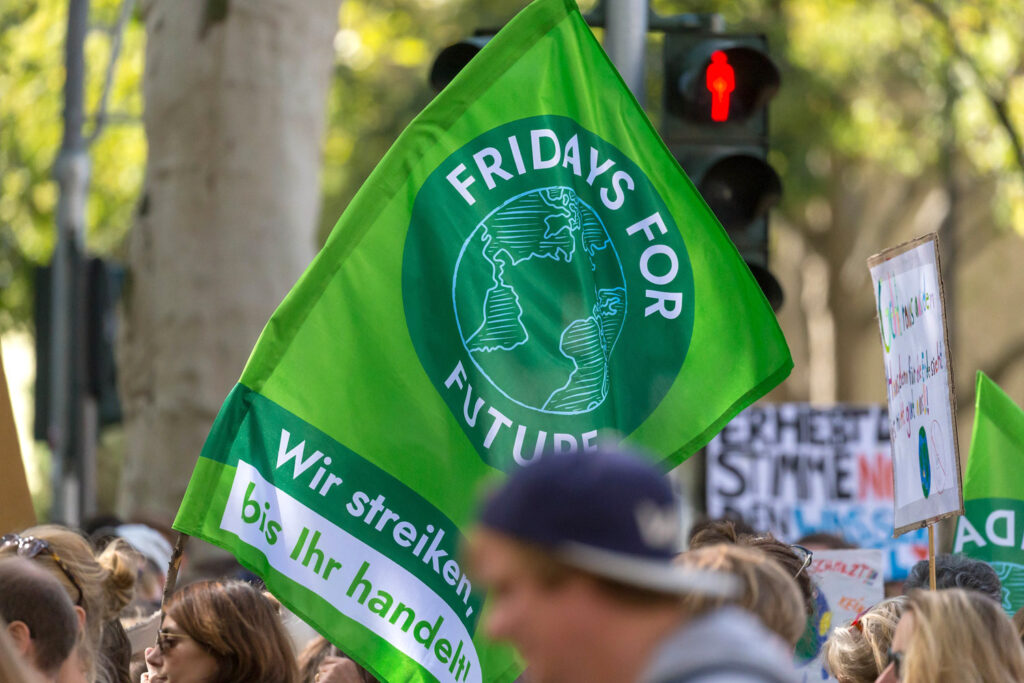 """Fahne der Klimabewegung """"Fridays for Future"""" auf einer politischen Versammlung. Bildquelle: Marco Verch, CC BY 2.0"""