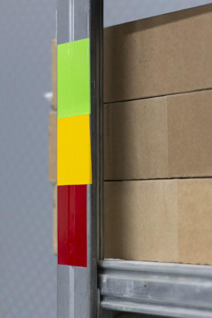 Bei der Kanban-Methode werden mit einfachen Farbcodes Lagerbestände gekennzeichnet.